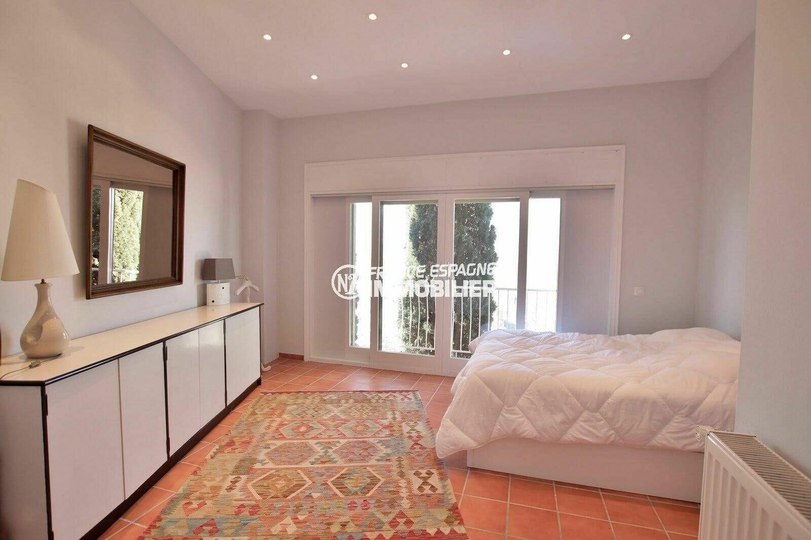 immobilier costa brava: villa 414 m², deuxième chambre avec lit double et rangements