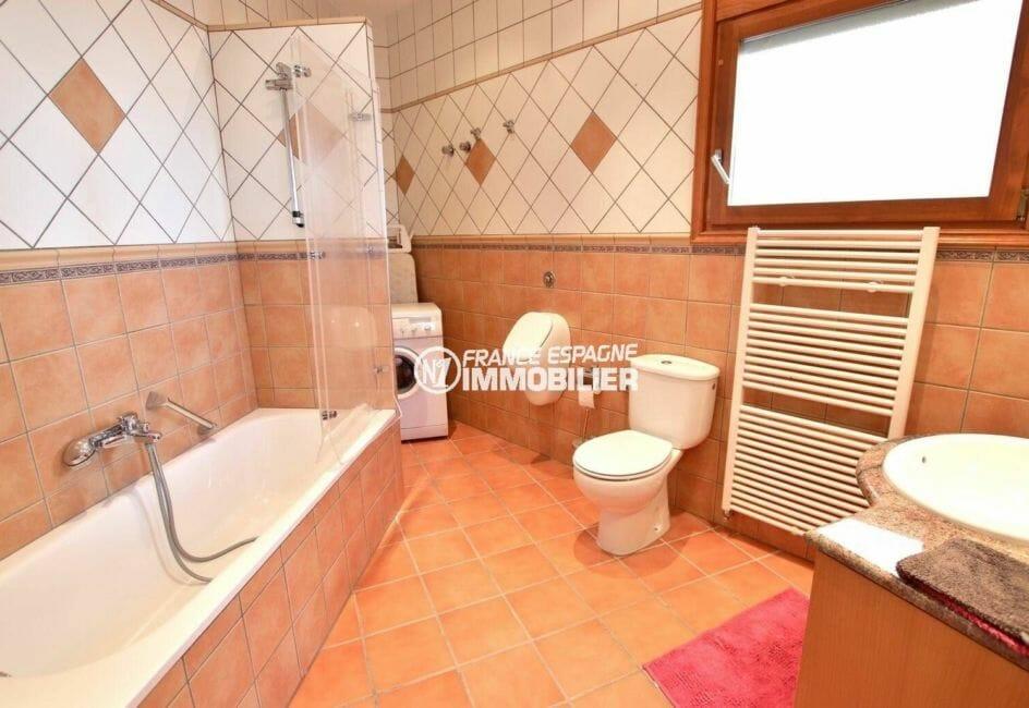 achat rosas: villa 414 m², salle de bains avec baignoire, sèche serviettes, vasque et wc