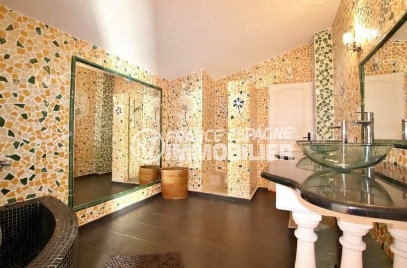 immocenter roses: terrain de 964 m², salle de bains avec baignoire d'angle et grand miroir