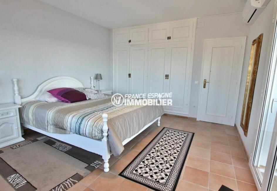 agence immobiliere costa brava espagne: villa 414 m², troisième chambre avec lit double et placards