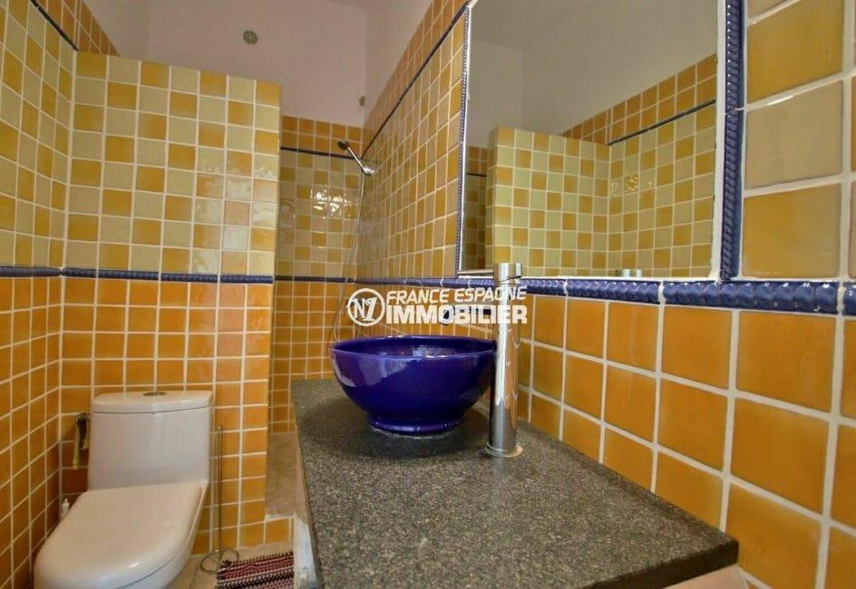 achat maison costa brava, proche plage, salle de bains avec douche, meuble vasque et wc