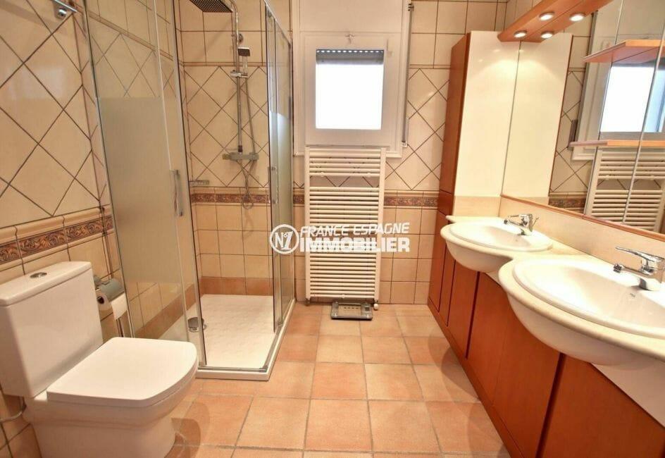 achat immobilier roses: villa 414 m², salle d'eau: cabine de douche, double vasque et wc