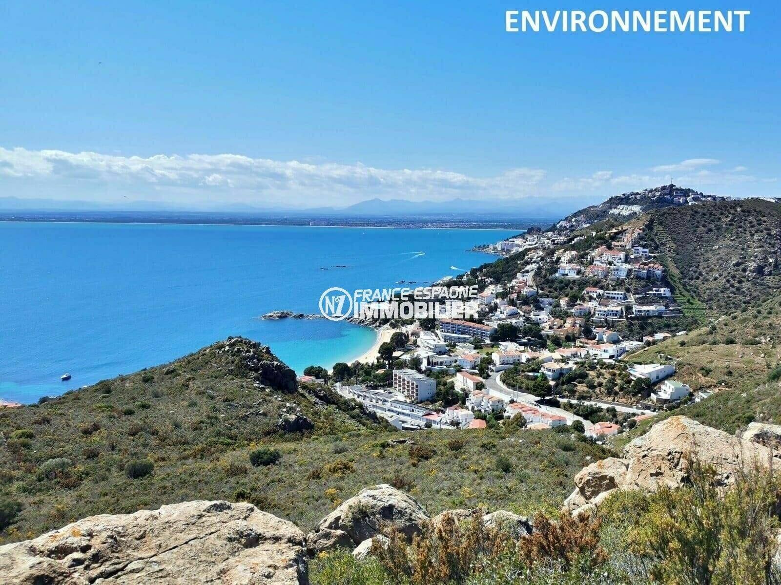 vue panoramique entre mer et montagnes aux environs