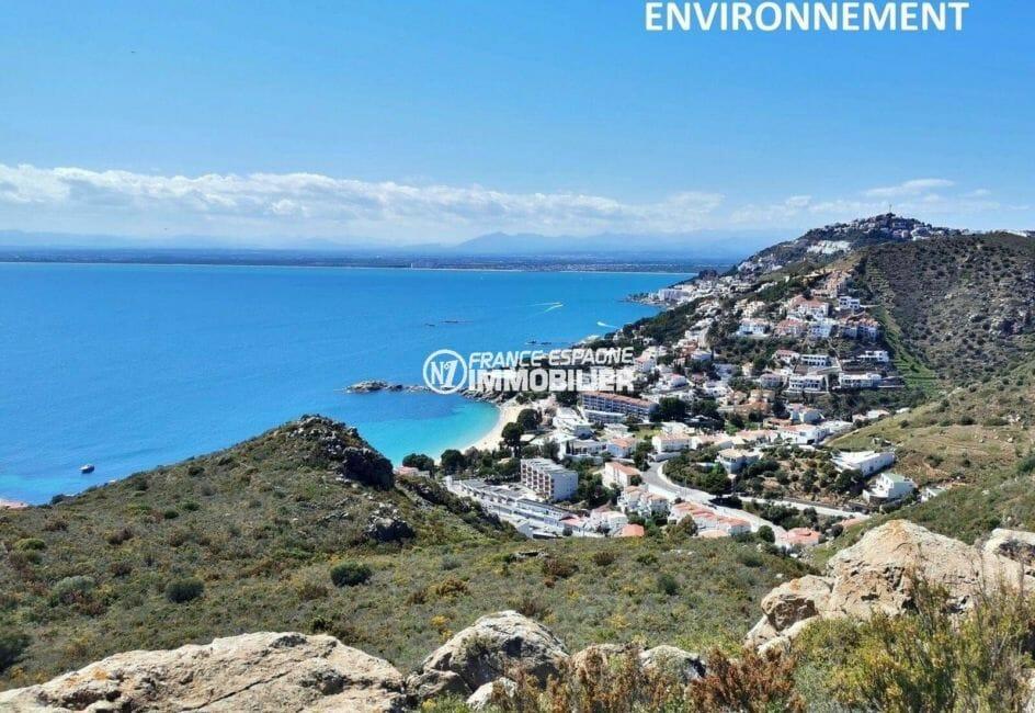 magnifique paysage dégagé entre mer et montagnes