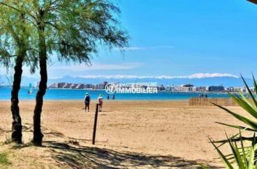 promenade sur la plage près de la côté à proximité