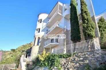 vente maison costa brava, vue mer, aperçu de la façade à 2 étages et nombreuses terrasses