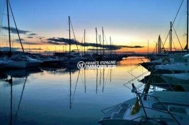 couché de soleil sur le port de plaisance aux alentours