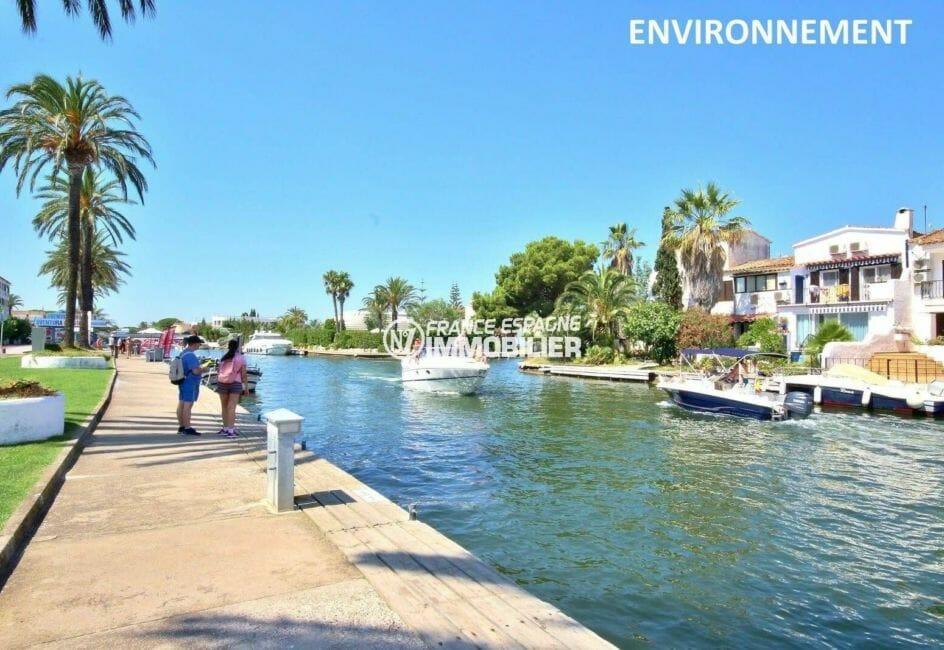 grand canal d'empuriabrava avec activités nautiques aux alentours