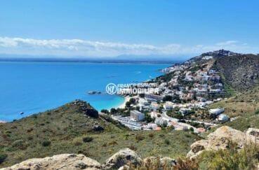paysage magnifique entre mer et montagnes aux alentours