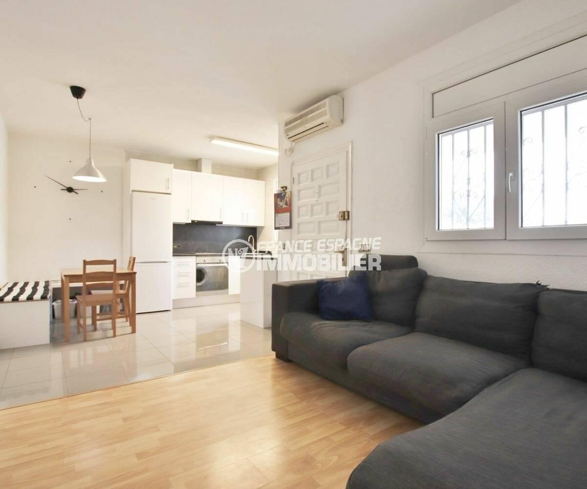 empuriabrava immobilier: grand séjour coin salle à manger et cuisine ouverte équipée | villa ref.3879