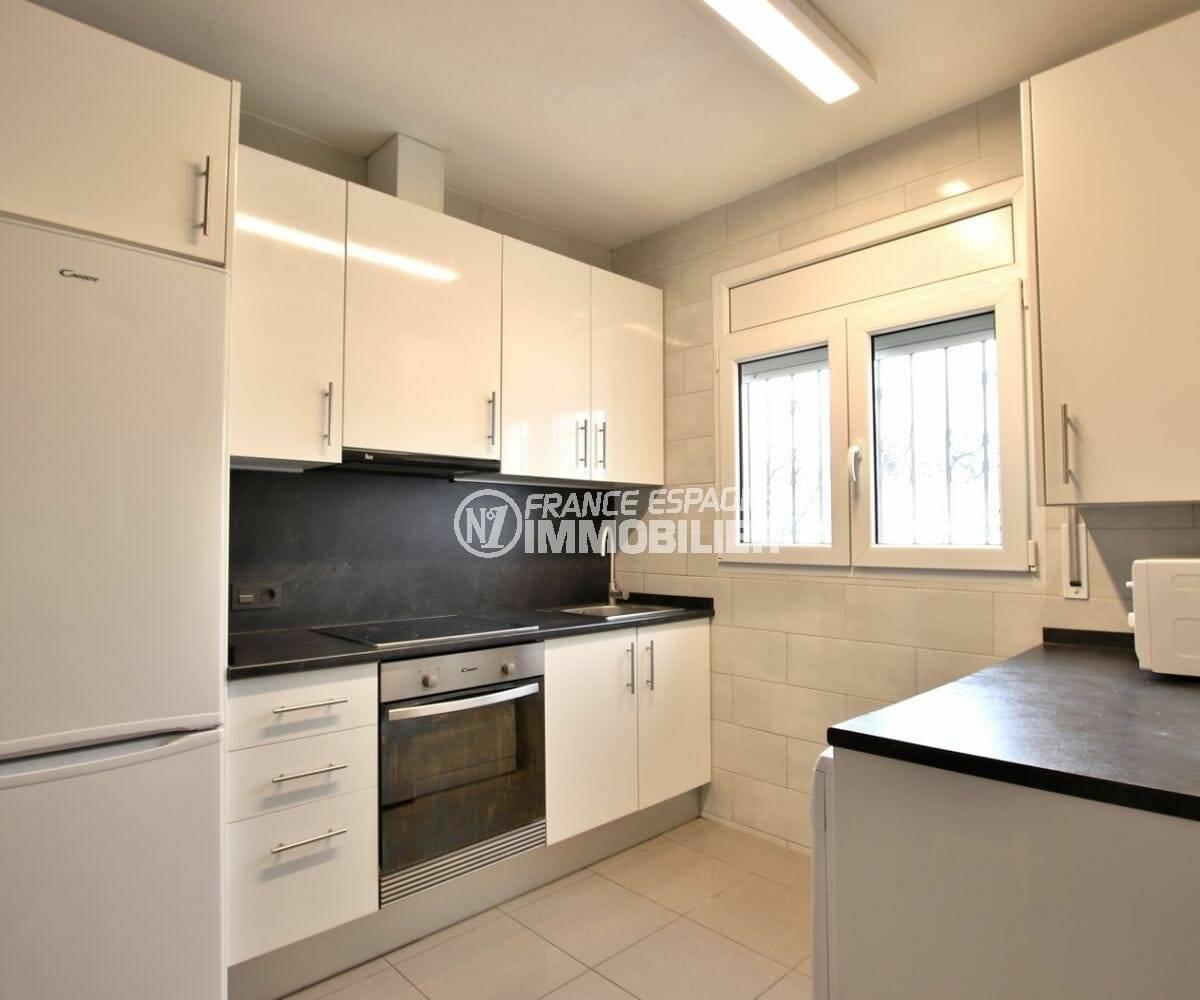maison a vendre a empuriabrava, cuisine aménagée avec nombreux placards, ref.3879