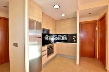 immobilier roses espagne: appartement ref.3867, cuisine ouverte équipée et multiples rangements