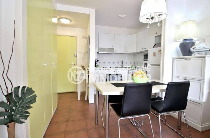 coin salle à manger avec cuisine ouverte aménagée