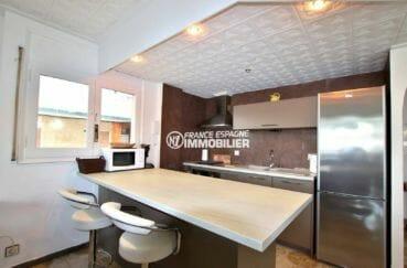 appartement costa brava, coin repas sur la cuisine ouverte équipée | ref.3877