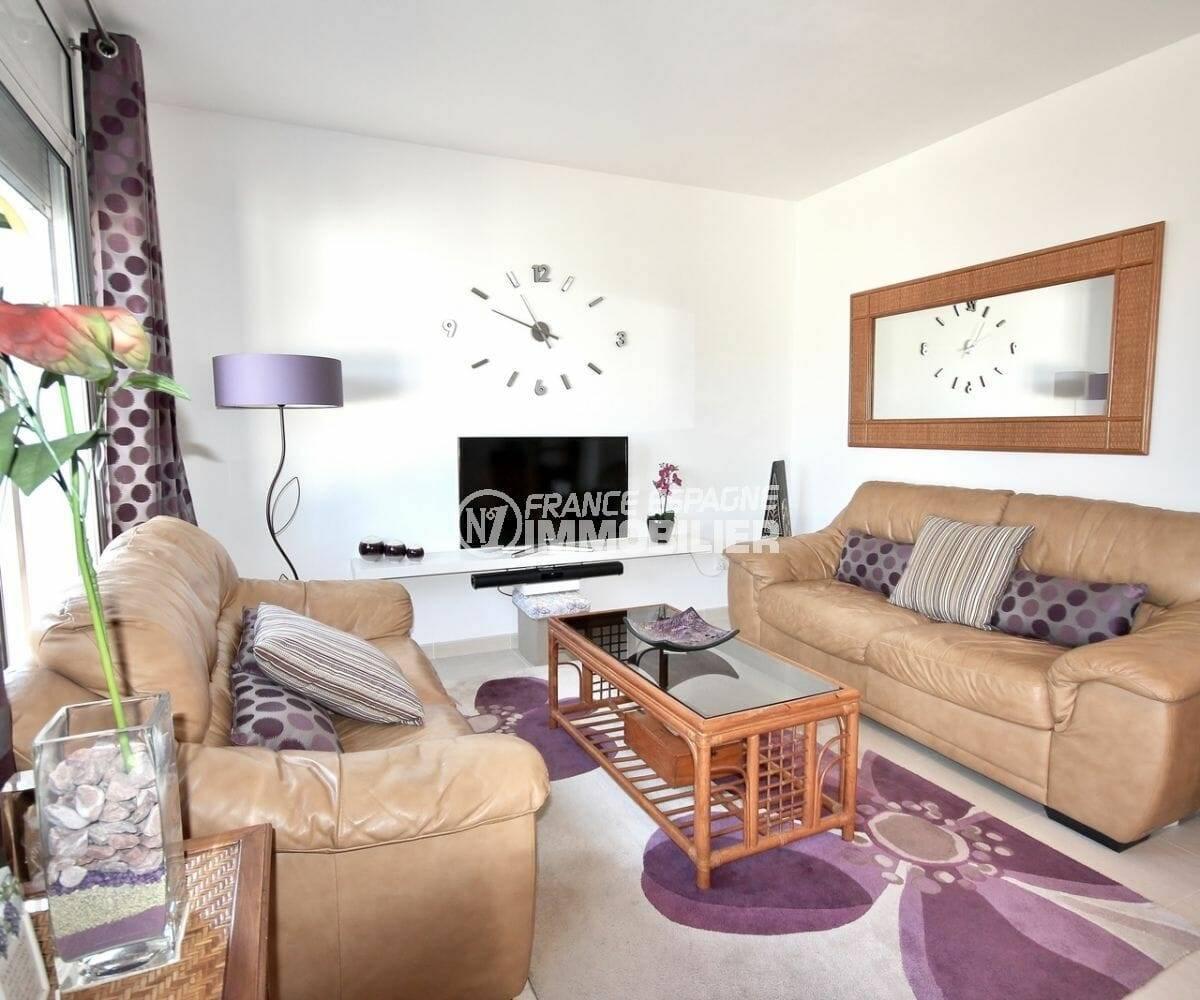 agence immobiliere costa brava: villa 137 m² avec un grand séjour lumineux