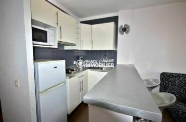 appartement costa brava, ref.3856, vue rapprochée de la cuisine avec son bar et ses rangements