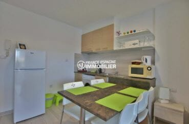 rosas immo : coin salle à manger et cuisine du studio ref. 3874