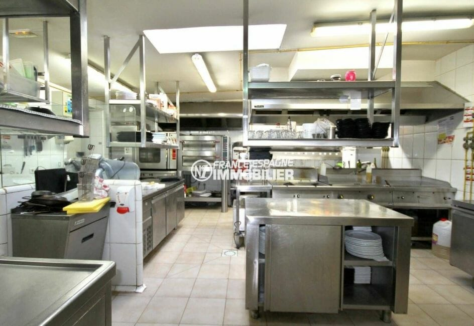 agence immobilière espagne costa brava: vend restaurant / bar avec cuisine entièrement équipée et aménagée