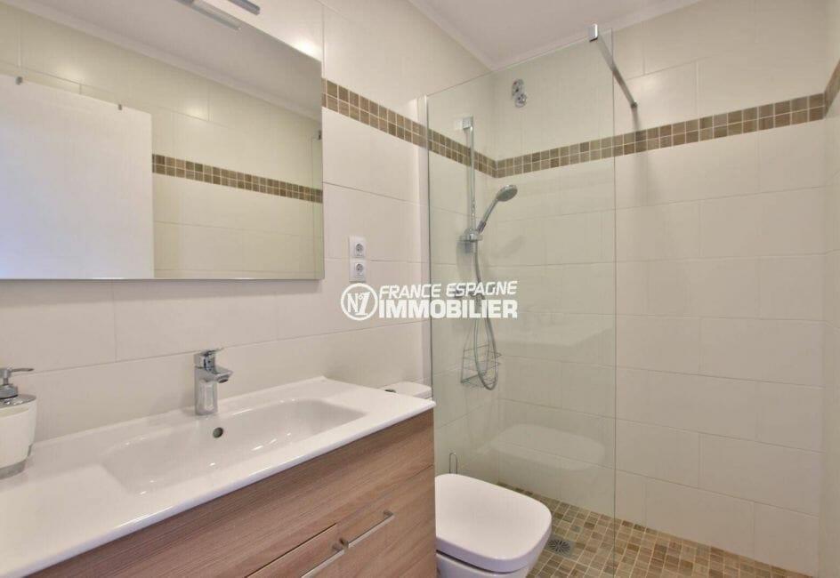 roses immobilier: salle d'eau vaec toilettes du studio ref.3874