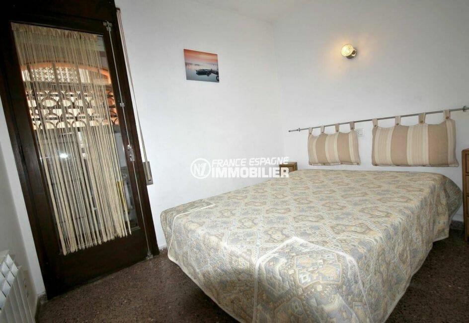 agences immobilières empuriabrava: appartement ref.3856, chambre aveclit double et placards