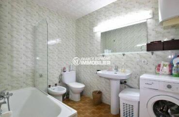appartement empuriabrava à vendre, grande et lumineuse salle de bains avec toilettes et bidet | ref.3877