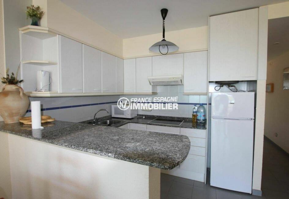 agence immobilière roses espagne: appartement avec séjour / salle à manger et cuisine américaine équipée