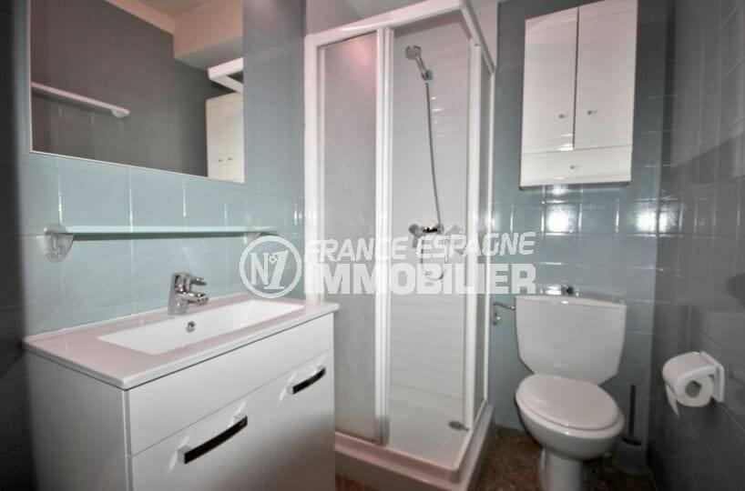 la costa brava: appartement ref.3856, salle d'eau avec cabine douche et toilettes