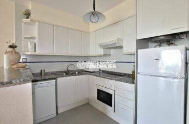 immo roses: appartement à 30 m de la plage, avec grand séjour et cuisine équipée et multiples rangements