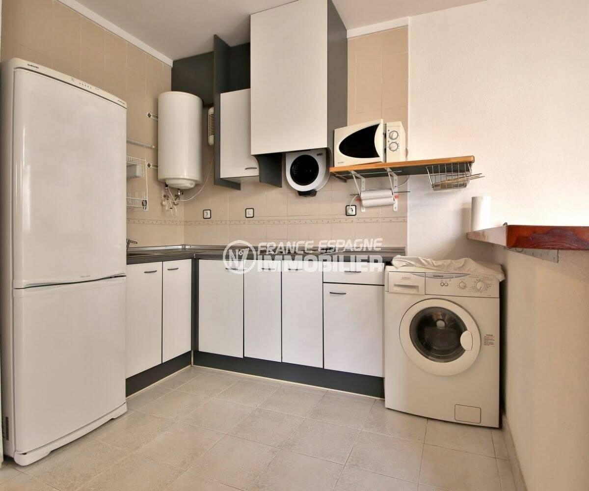 immo espagne costa brava: villa ref.3878, cuisine équipée avec hote, chauffe eau électrique et nombreux rangements