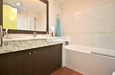 sallle de bains avec baignoire, appartement ref.3873