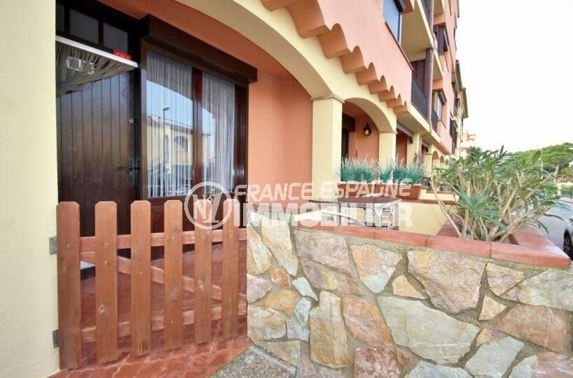 appartements a vendre costa brava, ref.3856, aperçu de la terrasse et la façade de la résidence