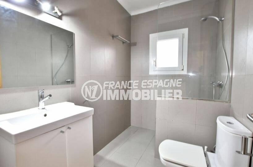 achat villa empuriabrava, salle d'eau moderne avec toilettes | ref.3879