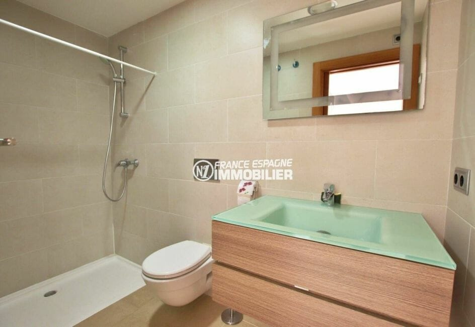 roses immobilier: appartement ref.3867, salle d'eau avec toilettes