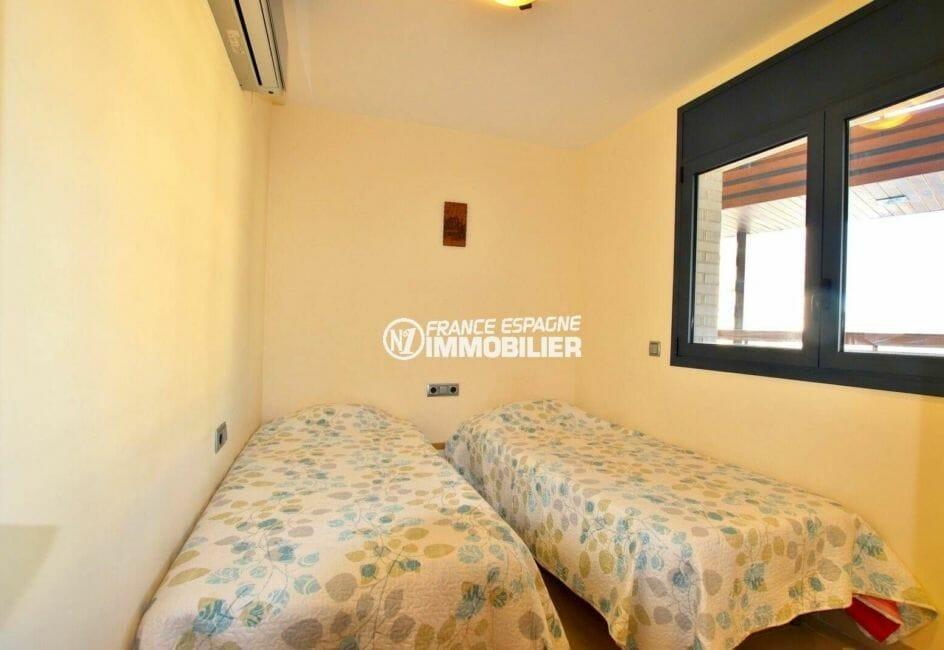 roses immobilier: appartement ref.3868, deuxième chambre avec 2 lits simples