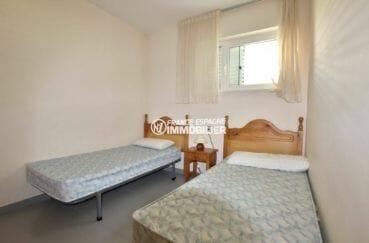 agence immobiliere costa brava: appartement 63 m² à 30 m de la plage, secon de chambre avec 2 lits