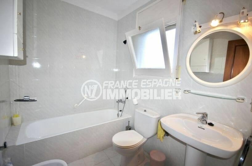 première salle de bains avec toilettes | villa ref.3871