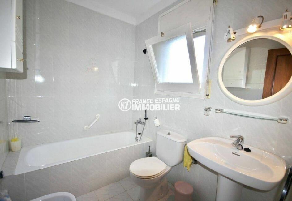 première salle de bains avec toilettes   villa ref.3871