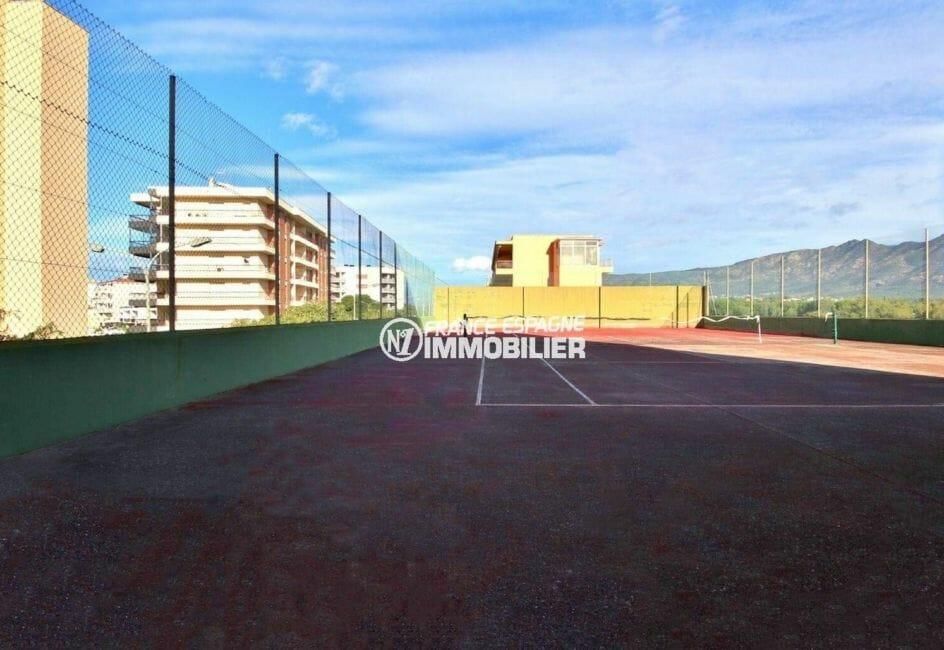 vente appartements rosas espagne : terrains de tennis dans la résidence du studio ref.3874