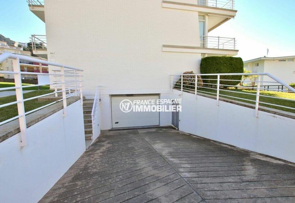 agence immobilière costa brava: appartement en 1ere ligne mer, rampe d'acccès au garage