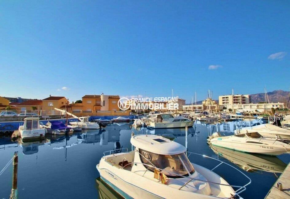 appartement roses, ref.3867, vue sur la marina depuis la résidence, amarre possible