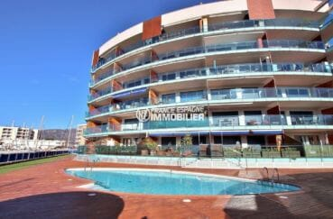 appartement roses, ref.3868, vue sur la façade de l'immeuble et piscine