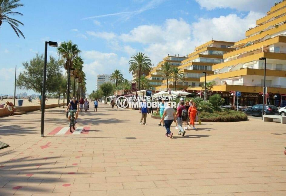 appartement à vendre à rosas, ref.3867, promenade le long de la plage avec nombreux restaurants et boutiques