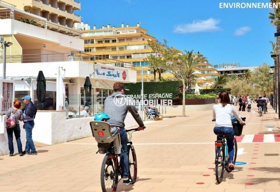 promenade le long de la plage de rosas, avec nombreux commerces et restaurants