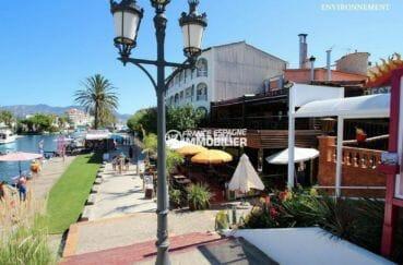 commerces et restaurants sur le canal principal d'empuriabrava