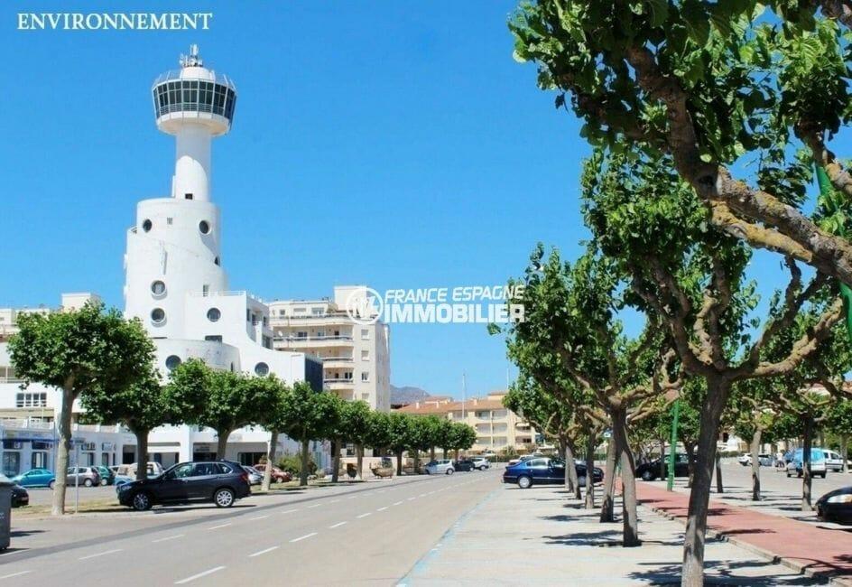 promenade proche de la plage et de la tour de controle de l'aérodrome