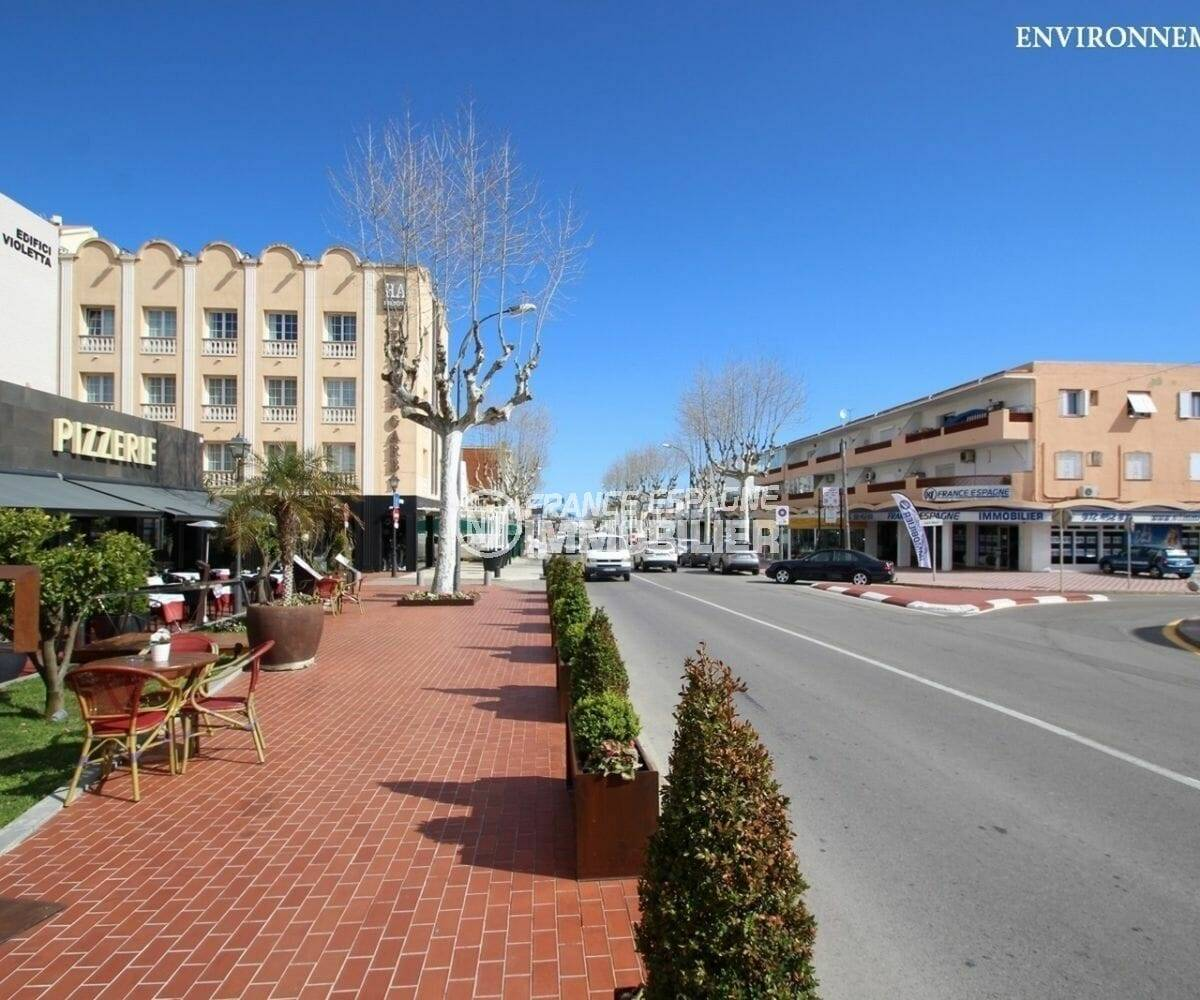 commerces et restaurants sur l'avenue qui mène à la plage d'empuria