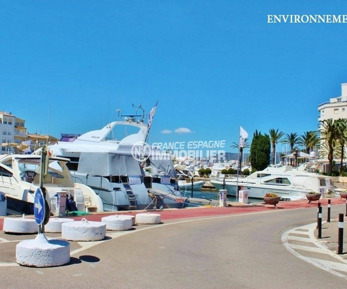 nombreux splendides bateaux amarrés dans la marina d'empuriabrava