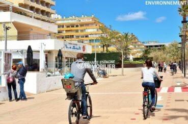 restaurants et commerces sur la promenade le long de la plage à roses