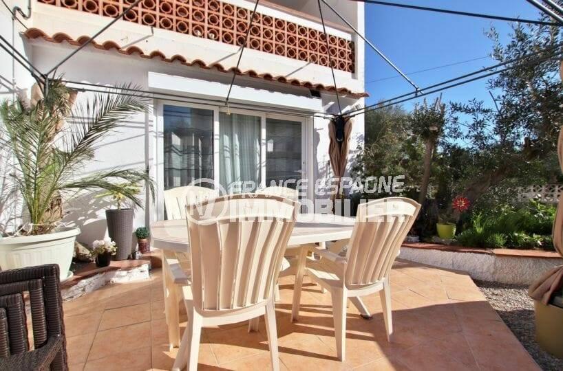 vente appartement rosas, entièrement rénové, secteur calme, avec jardin et terrasses, proche plage