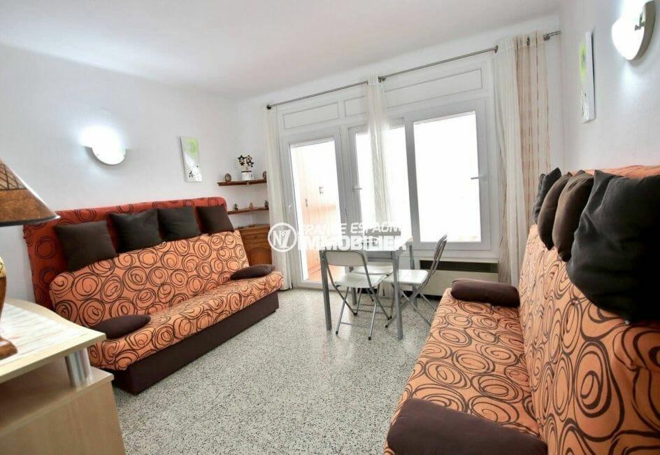 immo roses: studio pas cher à 100 m de la mer, séjour avec accès véranda 8 m²